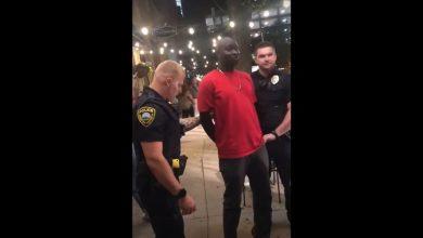 """Photo of فيديو يوثق لعملية اعتقال بأمريكا لرجل من أصل إفريقي عن طريق الخطأ يتم تداوله بشكل واسع على شبكة الإنترنت """"الرجل ليس من(FBI)"""""""