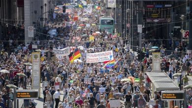 Photo of فيديو : عشرات الآلاف من الألمان يحتجون ضد قيود كورونا
